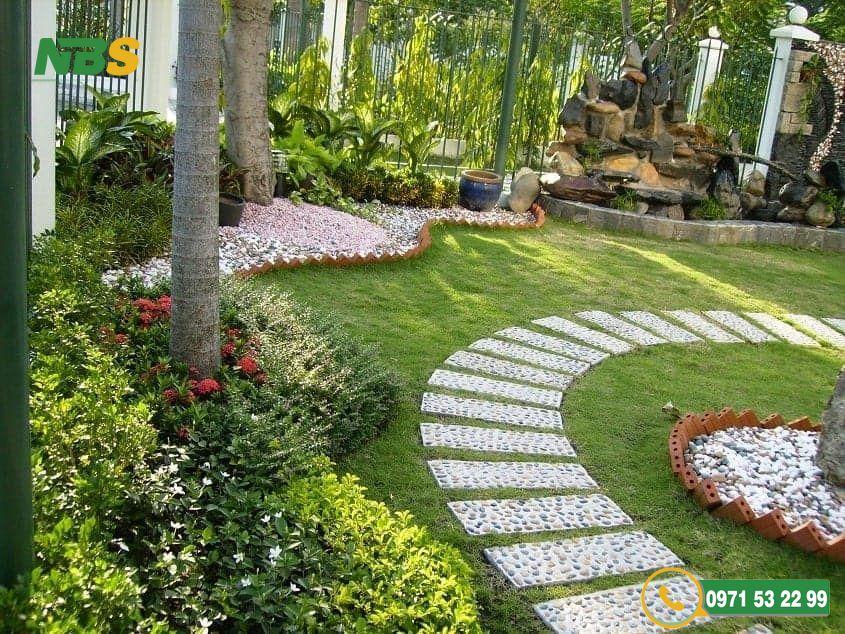 Mẫu thiết kế sân vườn phong cách Châu Âu với lối đi bằng đá