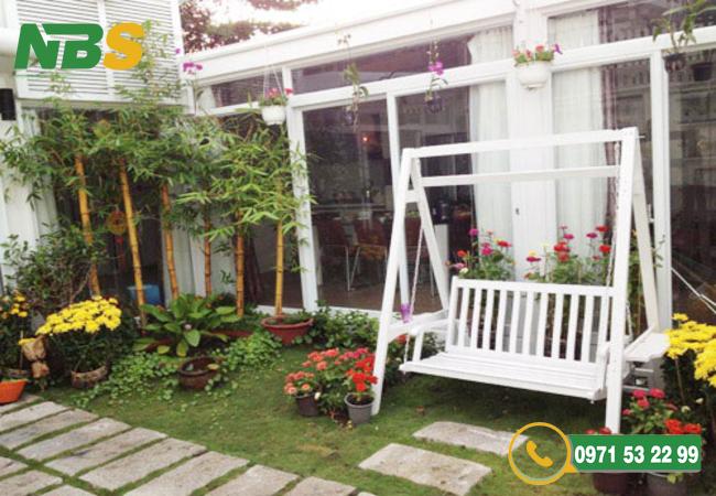Thiết kế sân vườn kết hợp góc vui chơi nhỏ xinh với xích đu